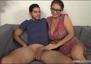 Coroa Relaxando o Filho com masturbação depois de flagrar ele vendo cenas de sexo