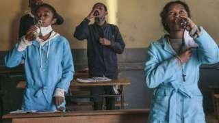 هل فعلاً هناك مؤامرة لدس السم في دواء كورونا الافريقي؟