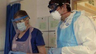 """فيروس كورونا: تجربة بريطانية """"واعدة"""" لعلاج المرضى عن طريق البروتين"""