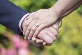 """دراسة تتنبأ بـ""""زمن ما بعد كورونا"""": زواج أقل وعزوبية أطول"""