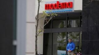 """بلومبرغ: شركة """"موديرنا"""" تتلف 400 ألف جرعة من لقاحها ضد كورونا"""