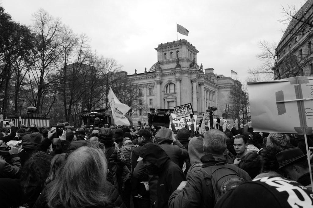 Demo Berlin Reichstag 18.11.2020 Wasserwerfer Anti Corona Covid Corona Rebellen Duesseldorf