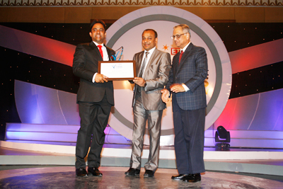 Dr. Sreeni Tripuraneni receiving the award from Mr. NR Narayana Murthy along with Mr. Dinesh Agarwal at the 'ET NOW-IndiaMART Leaders of Tomorrow Award 2011' Felicitation Ceremony