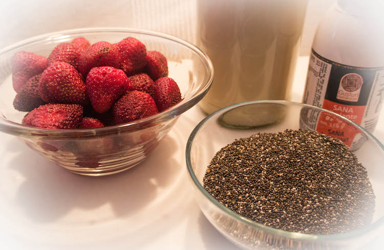Ingredients for the strawberry chia pudding