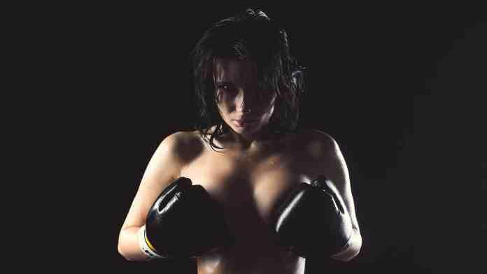 Une boxeuse en tenue originale