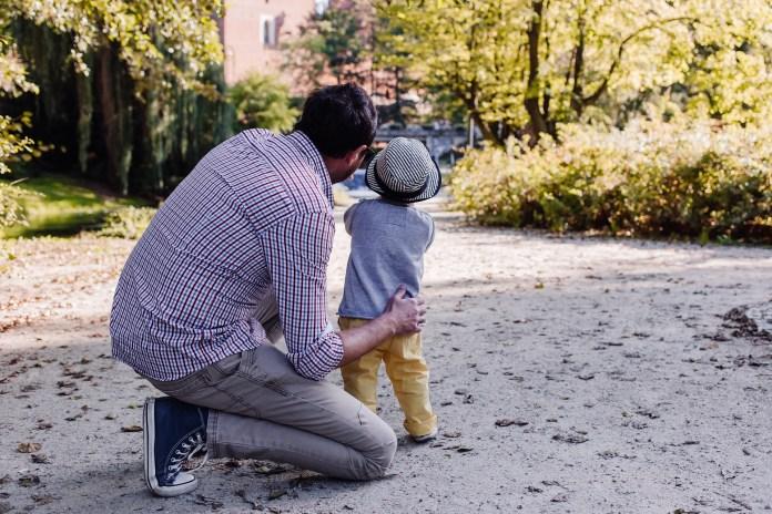 Pere et fils qui partagent un moment