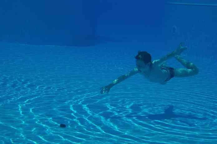 Garçon plongeant en apnée