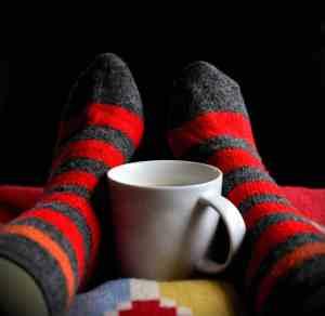 Pied avec une tasse de café