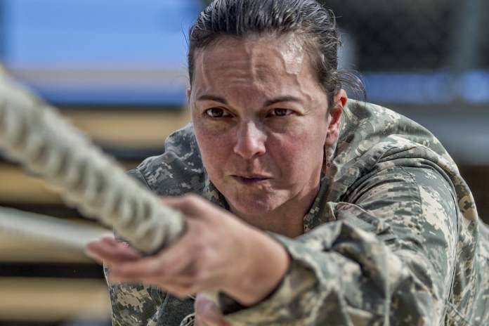 Femme militaire faisant du tirage à la corde