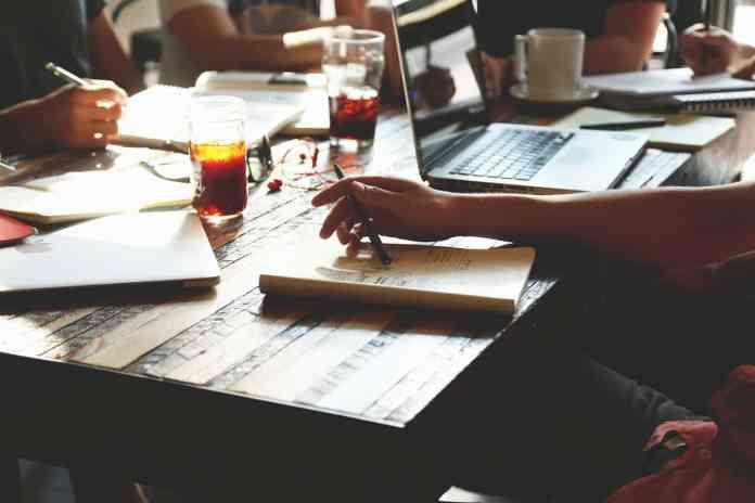 Personnes travaillant autour d'une table