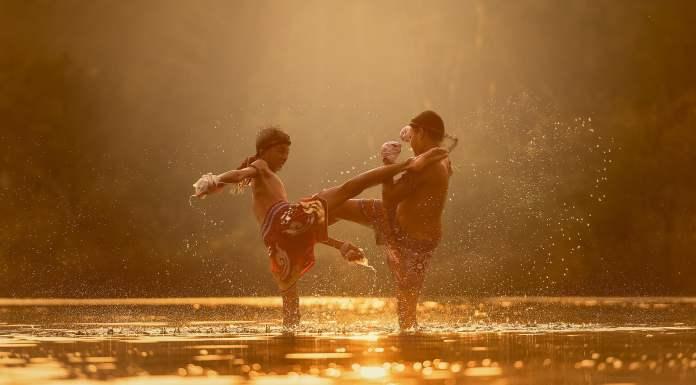 Enfant faisant de la boxe thai dans un lac