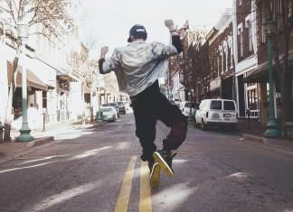 Jeune homme qui danse en ville