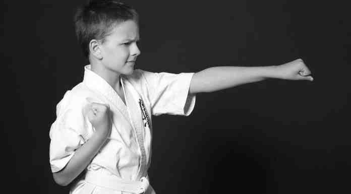 Enfant qui pratique le karate