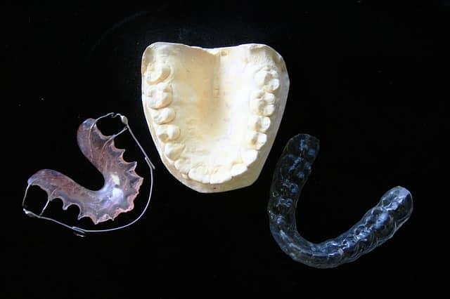 Dentier, mâchoire et protège-dents mis côte à côte