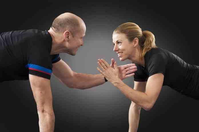 S'entraîner à deux : Un homme et une femme faisant des pompes ensemble