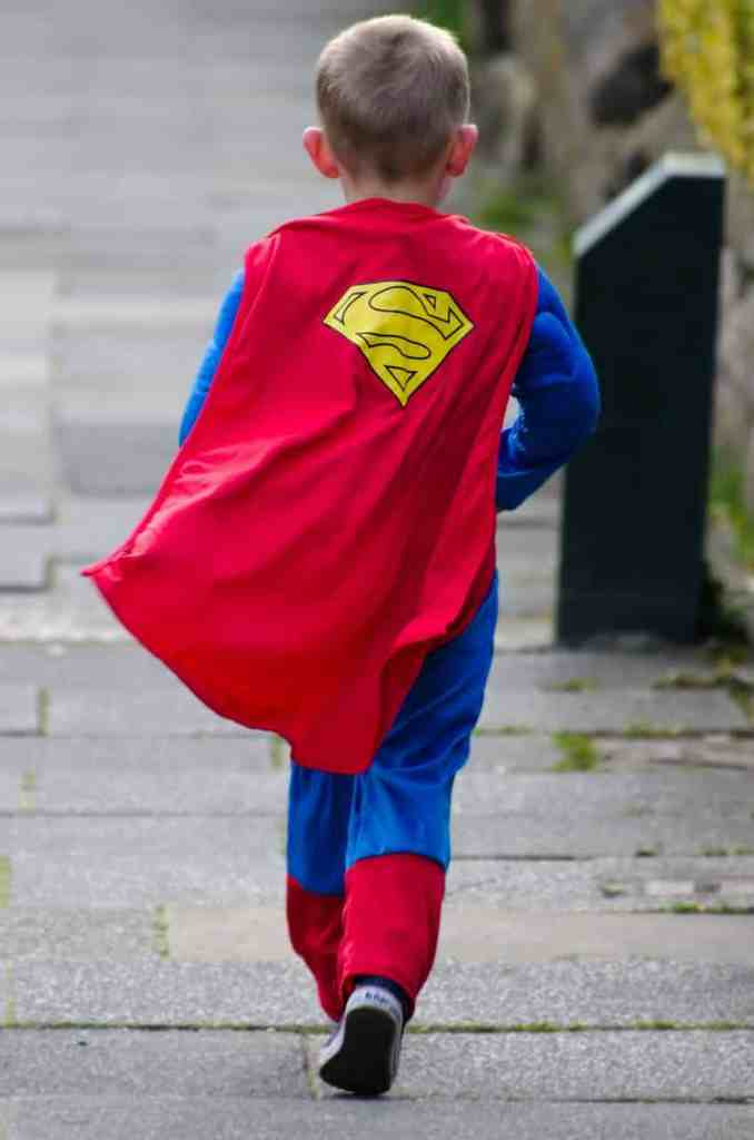 Enfant en costume de superman de dos