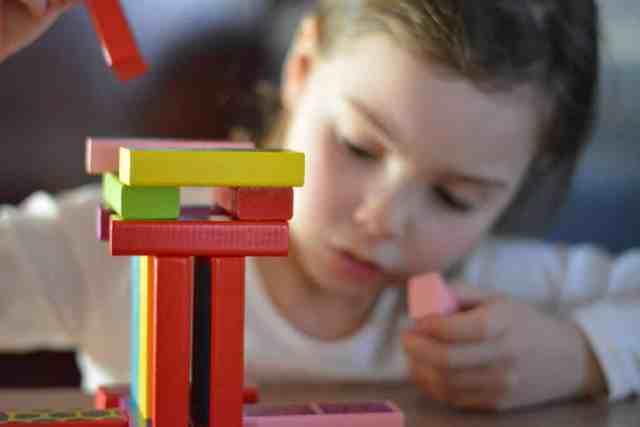 Enfant qui joue à un jeu de construction