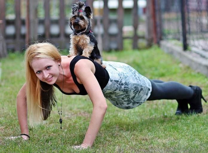 Femme qui fait des pompes avec son chien