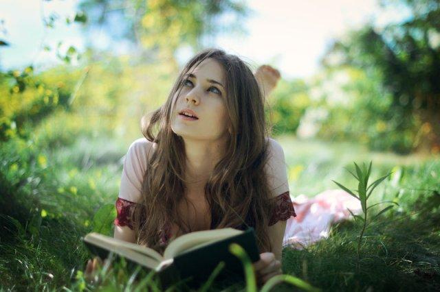 ragazza che legge