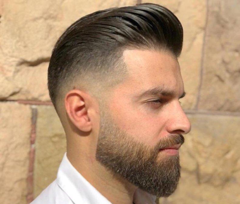 Taglio capelli uomo rasati ai lati e sfumati, sopra portati all'indietro