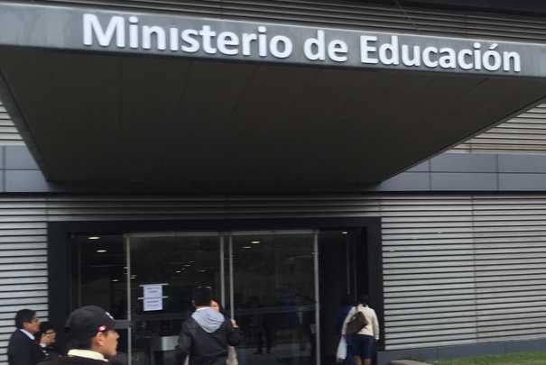 Ministerio de Educación peruano estudia corregir textos escolares deficientes mediante fe de erratas