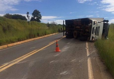 Motorista perde controle e tomba caminhão baú