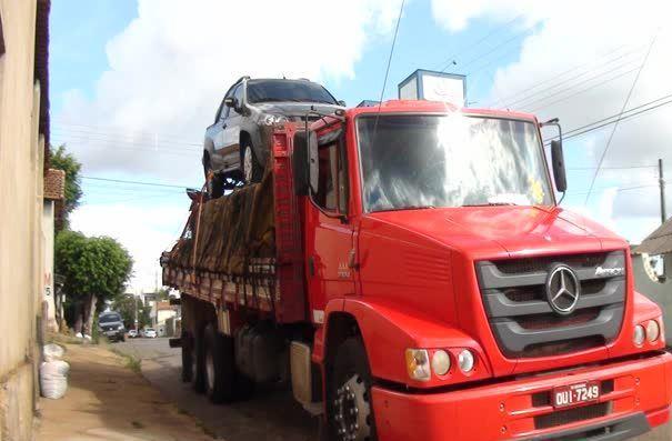 Caminhão transporta veículo com documentação falsa