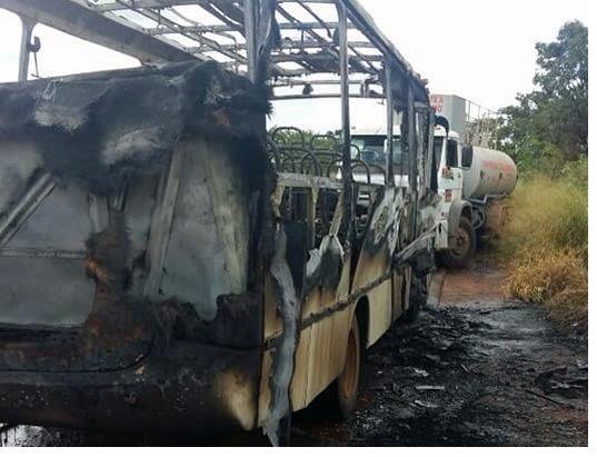 Microônibus pega fogo em estrada vicinal