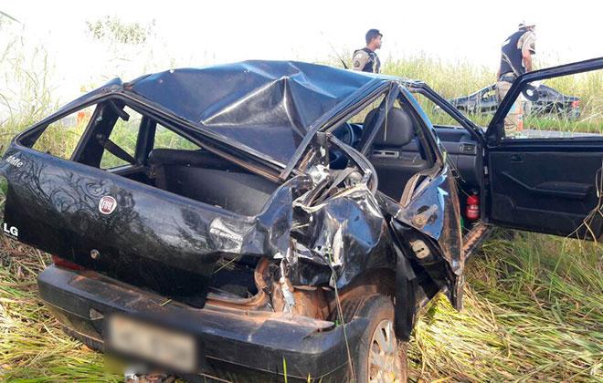 Carro capota várias vezes após pneu estourar e duas pessoas ficam feridas
