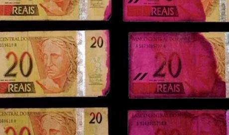 População deve ficar atenta ao receber cédulas de dinheiro manchadas de rosa