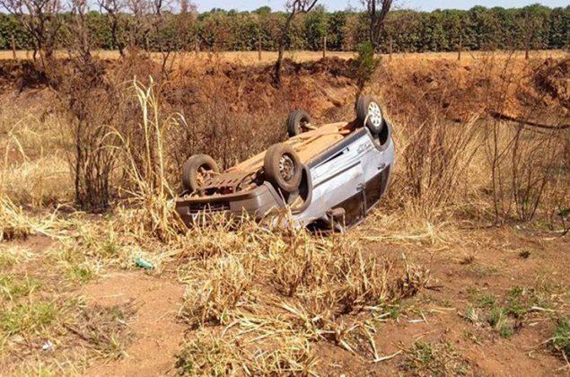 Condutora de 24 anos perde controle e capota veículo