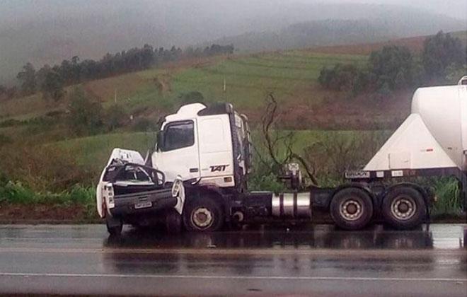Motorista morre após caminhonete rodar na pista e ser atingida por carreta na BR 262