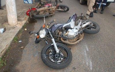 Jovem tenta desviar de carro, bate em motocicleta parada e precisa ser encaminhado ao Hospital