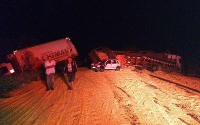 Bitrem carregado com milho tomba na BR 365 e provoca acidente com outros três veículos