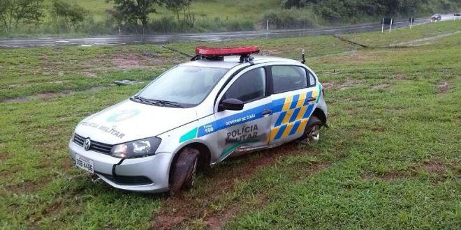 Viatura da PM de Morrinhos sai da pista na BR-153 e três ficam feridos