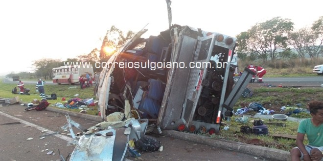 Grave acidente causa a morte de duas pessoas e fere dezenas na BR-153 em Morrinhos