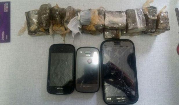Drogas e celulares apreendidos pelo GPT durante ação