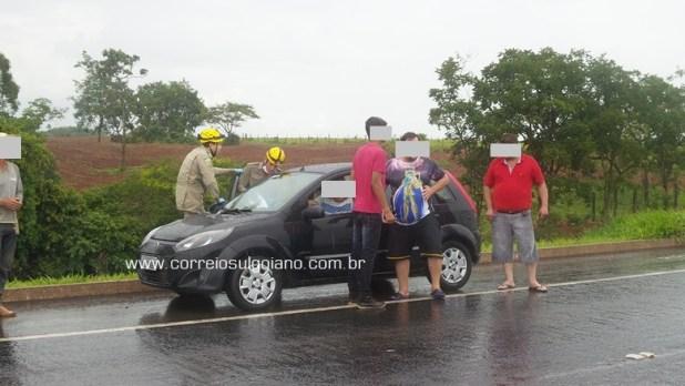 Bombeiros socorrem crianças que foram levadas para dentro de um carro que passava pelo local do acidente