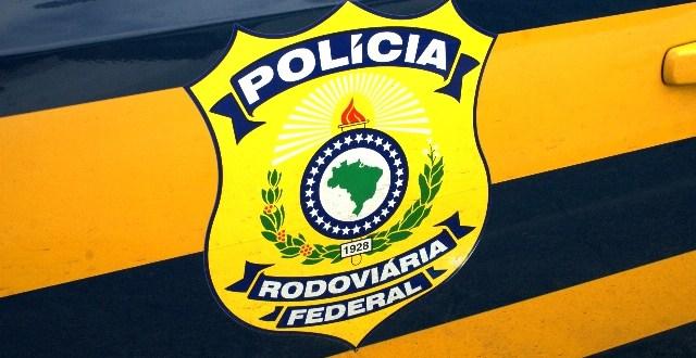 PRF recupera moto roubada e prende homem com mandado de prisão em aberto