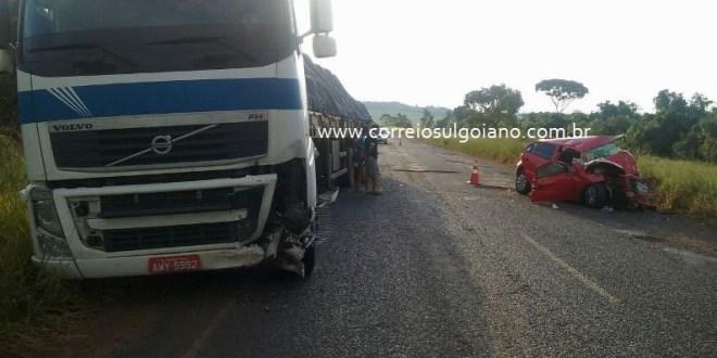 Duas pessoas morrem após acidente entre Gol e Caminhão em Pontalina