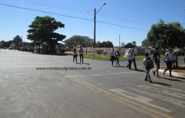 Sinal de PARE no asfalto e placa de PARE foram ignorados pelo motociclista