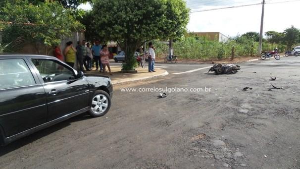 Carro Gol rodou no asfalto e parou longe do local de impacto devido a violência da batida