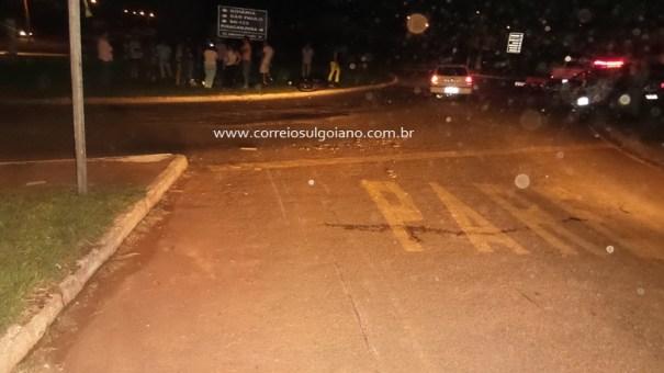 Sinais no asfalto mostram que colisão foi antes do PARE