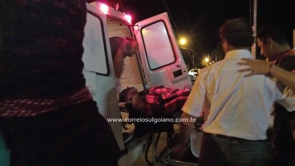 Vinícius é colocado na ambulância para transferência à Goiânia