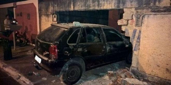 Carro invade calçada, bate em muro e causa grande susto em família de Morrinhos