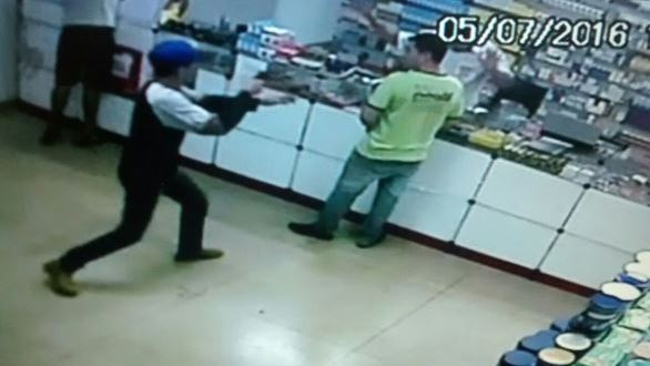 Ladrões armados rendem funcionários e roubam farmácia durante o dia