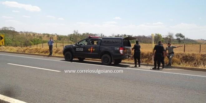 GPT de Morrinhos recupera carga roubada na BR-153. Ao ser agredida com tiros equipe reage e mata suspeito