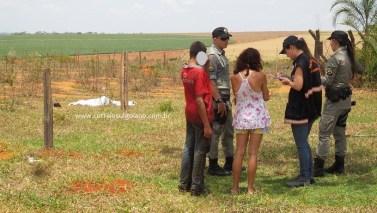 Mãe da vítima conversa com as Polícias