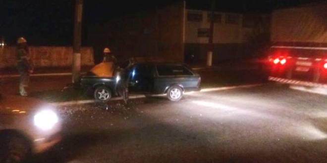 Rapaz perde controle da direção e carro colide contra poste na Avenida Coronel Fernando Barbosa