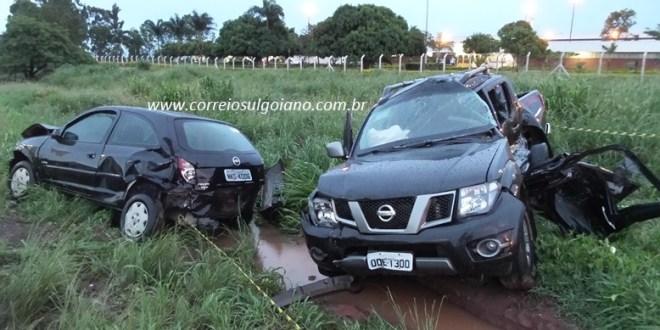 Grave acidente fere socorristas da SMR Triunfo e causa morte da condutora de uma caminhonete na BR-153